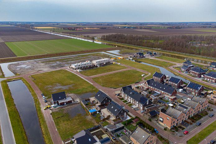 Bewoners Marknesse slepen gemeente Noordoostpolder voor de rechter om 'kavelgate'. Boven zijn werkzaamheden aan de gang voor de nieuwe huurwoning van Chantal Visscher en haar partner. In het midden willen ze hun droomhuis realiseren.