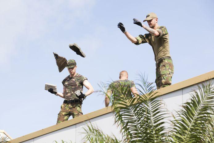 Nederlandse militairen van de genie maken een begin met de reparatie van het dak van het ziekenhuis op Sint-Maarten. Het dak is beschadigd door brokstukken die door harde wind van de orkaan Irma zijn meegevoerd.