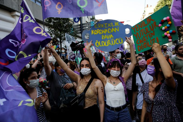 Onder meer in Istanboel gingen grote groepen de straat op om te betogen tegen de Turkse terugtrekking uit de Istanbul-Conventie. Beeld REUTERS