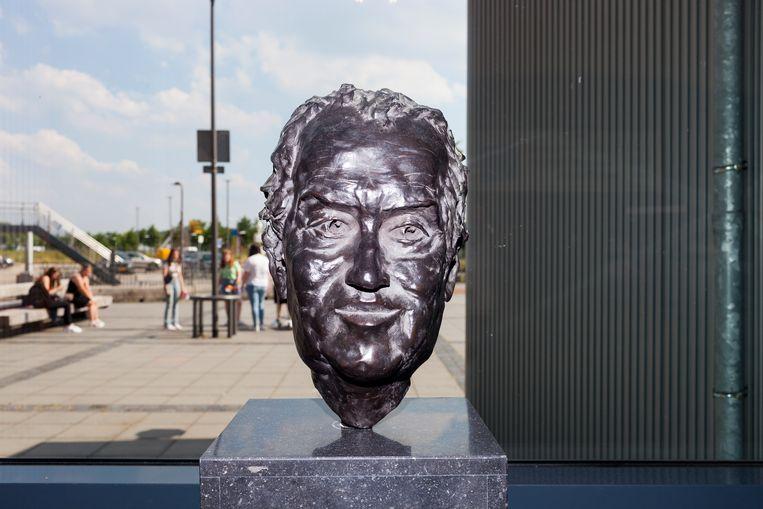 Het bronzen beeld van Gerrit Komrij, gemaakt door Jeroen Spijker, dat in het Gerrit Komrij College staat.   Beeld Renate Beense