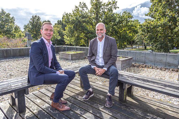 Frank Kodden (bestuurder Driezorg) en rechts naast hem Marco van Alderwegen (bestuurder Zonnehuisgroep IJssel-Vecht) kwamen samen tot een fusie van hun zorgorganisaties.