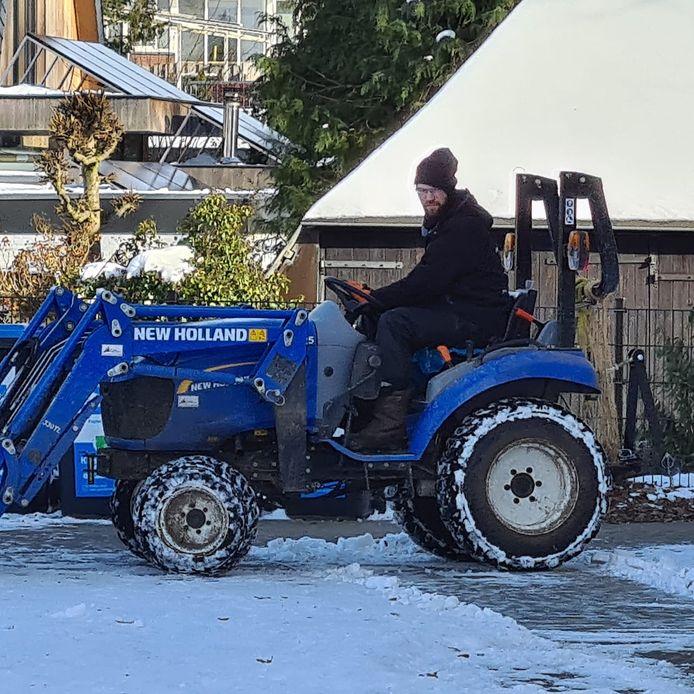 Schaapsherder Herbert Nijkamp op zijn inmiddels gestolen tractor. De schaapsherder trekt met zijn schaapskudde door de woonwijken in Zutphen en Eefde om het gras kort te houden.