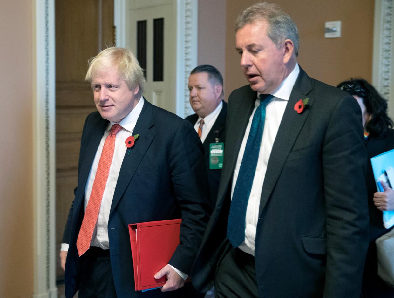 Sir Kim Darroch (r.) en kandidaat-premier Boris Johnson. Beeld EPA