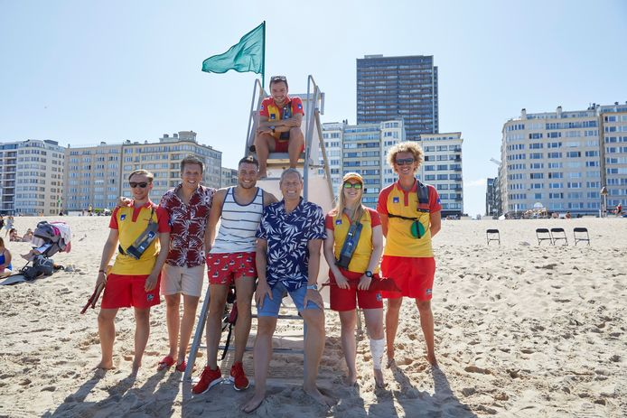 Schommelen op het strand, poseren met de redders: het was gezellig bij de opnames van het nieuwe promofilmpje. Ook Viktor Verhulst, die achter de schermen werkt bij 'Gert Late Night', duikt erin op.