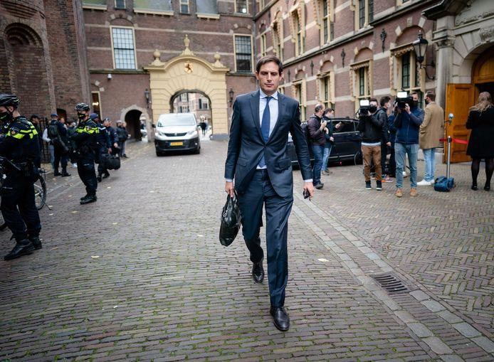 Minister Wopke Hoekstra van Financien (CDA) verlaat het ministerie van Algemene Zaken, na afloop van een overleg met het kabinet over nieuwe maatregelen om het coronavirus terug te dringen.