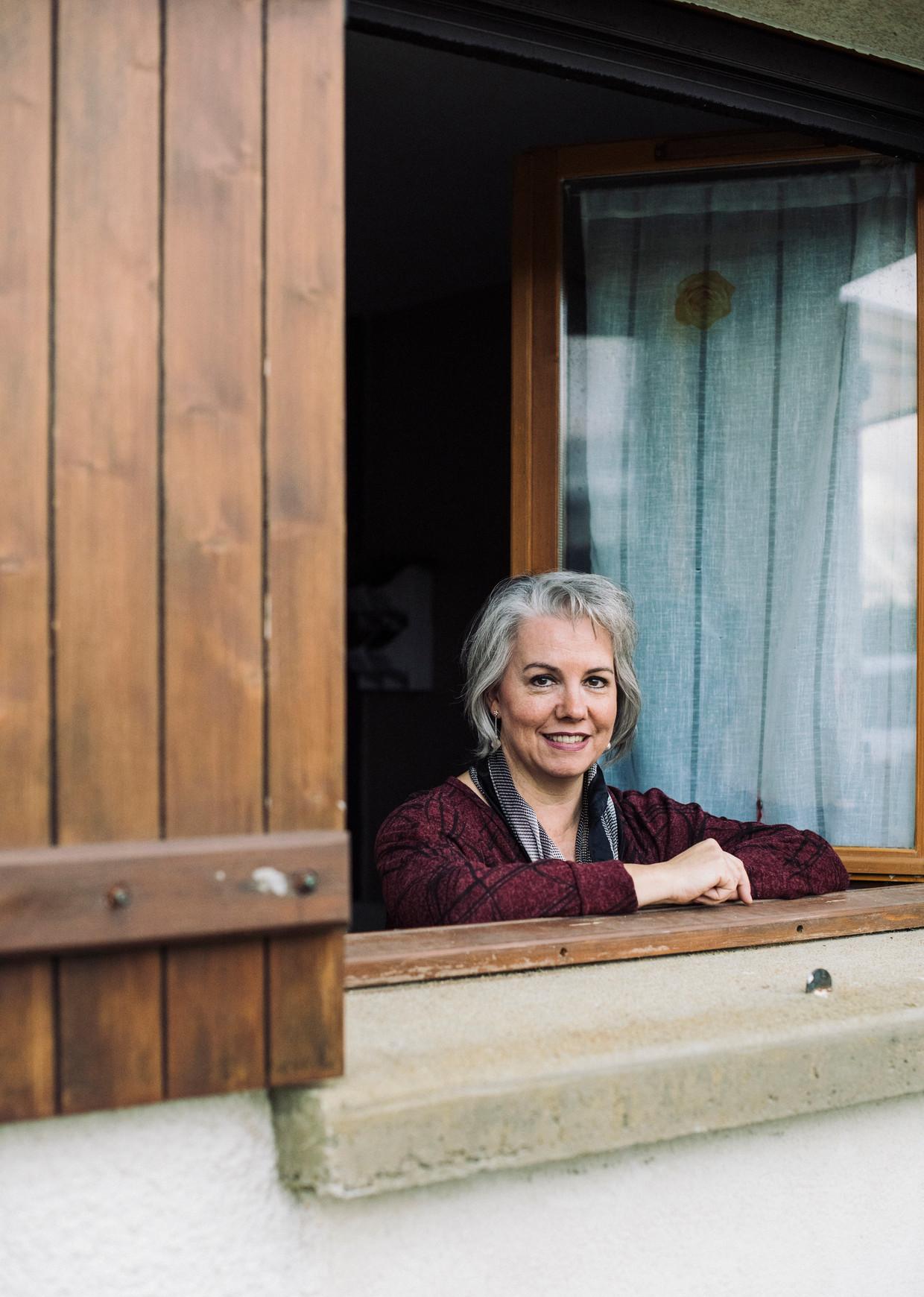 Jacline Mouraud zit dinsdagmiddag voor de televisie, met de luiken dicht en de deur op slot, als ze hoort dat de Franse regering eindelijk serieuze handreikingen doet aan de gele hesjes.