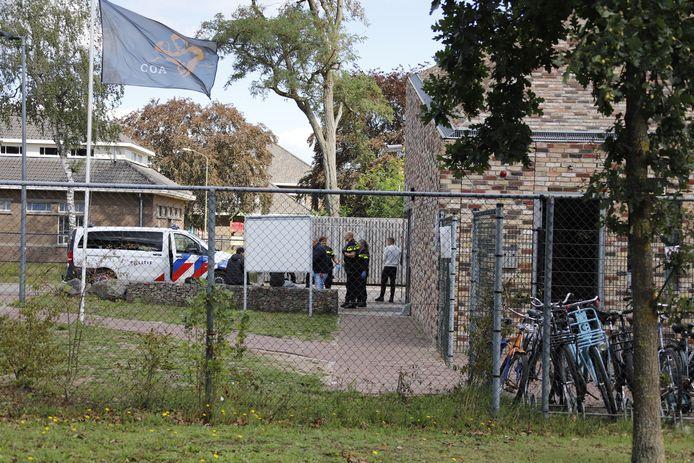Politie op het azc Grave, kort na de steekpartij begin september.