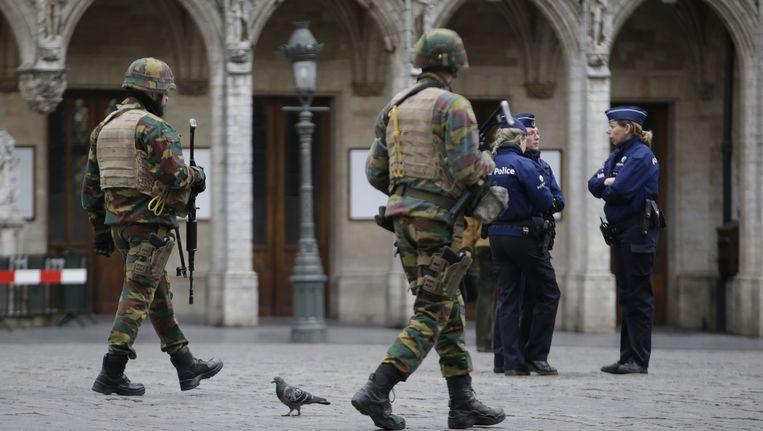 Soldaten en agenten voor het stadhuis van Brussel. Beeld AFP