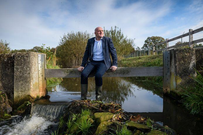 CDA-gemeenteraadslid Hubert Stevelink bij de uitlaat van de rioolwaterzuivering op de Markgraven. Hij vindt dat het te lang duurt voordat de installatie echt 'schoon' wordt.