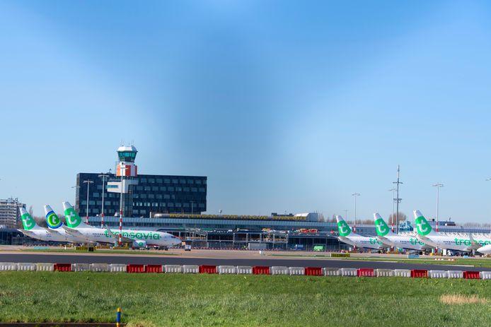 Er zijn geen passagiersvluchten meer, dus blijven zes vliegtuigen van Transavia aan de grond op Rotterdam The Hague Airport.