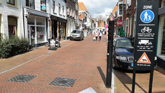 De beweegbare palen in de Luttekepoortstraat in Harderwijk bewegen al een tijd niet meer, waardoor bezorgend en ander verkeer het voetgangersgebied in kan rijden, ook buiten de toegestane tijden.