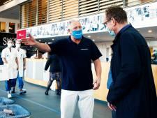 'Coronaportier' Dirk (58) tovert glimlach op gezicht bij bezoekers ziekenhuis: 'Lontjes zijn korter, goed om het ijs te breken'