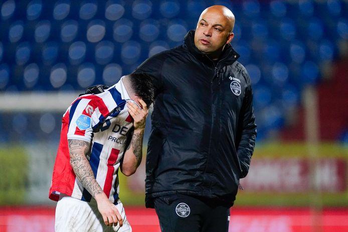 Nadat Poll Llonch minutenlang eenzaam en alleen radeloos over het veld had gedoold, kwam fysiektrainer Chima Onyeike de Spaanse middenvelder van Willem II troosten en meenemen naar de catacomben.