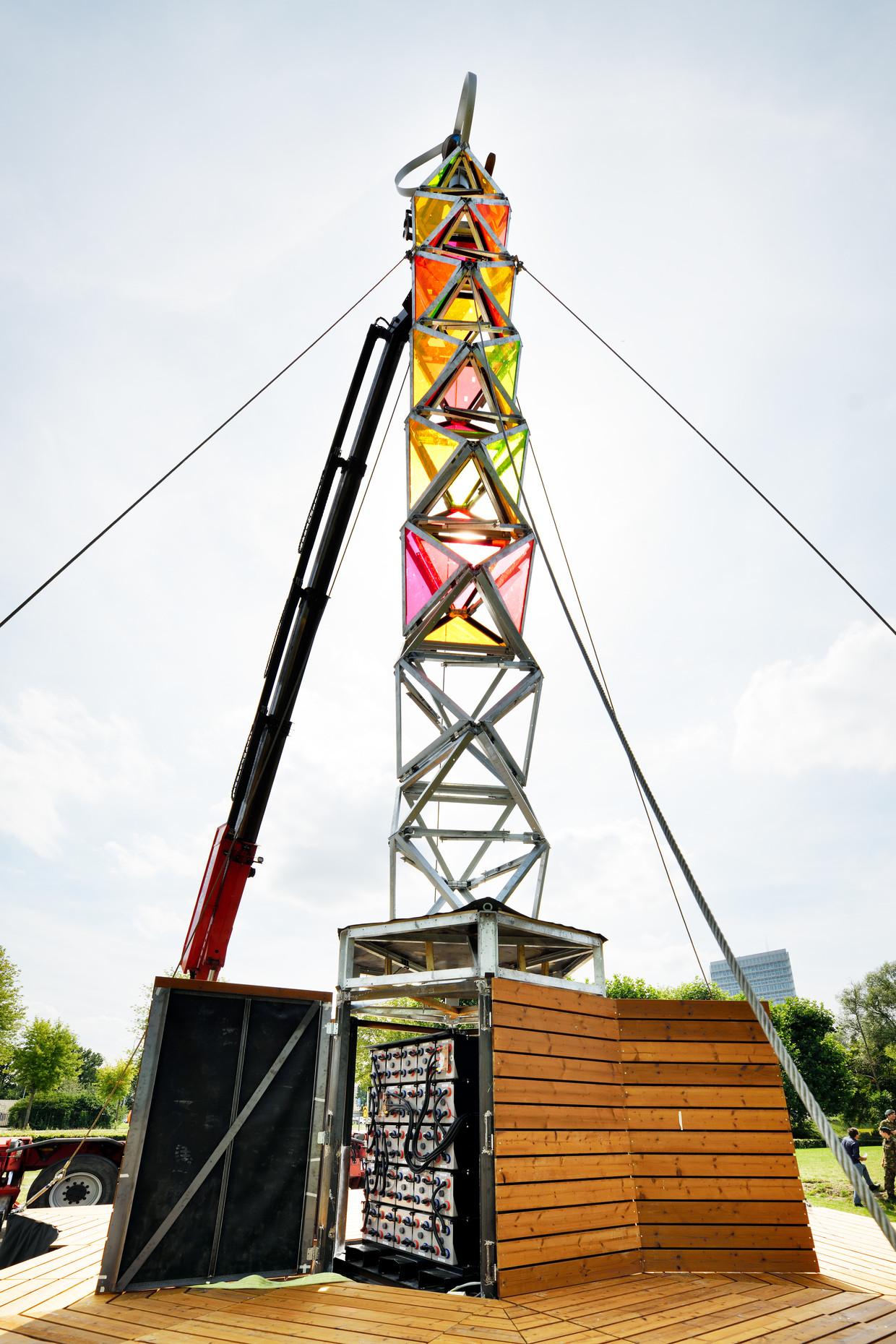 De GEM Tower is een gevaarte van ruim 20 meter hoog. In de constructie zijn zonnepanelen en een windturbine verwerkt. Beeld Hollandse Hoogte / Bart van Overbeeke Fotografie