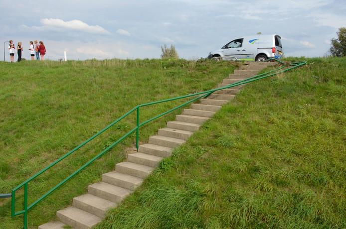 De trapleuning van een trap op de Hogedijk in Bergambacht is flink beschadigd nadat deze geramd is door een auto.