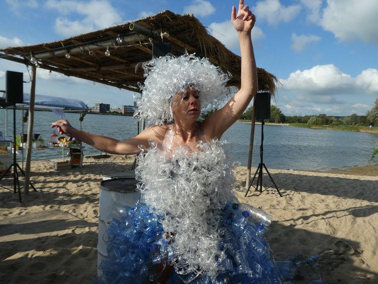 Miranda Heg, net uit het water, als symbool van een plastic soepjurk. Beeld Hans van der Beek