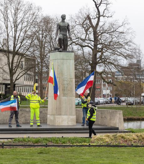 Gele hesjes demonstreren in Zwolle tegen armoede en ongelijkheid
