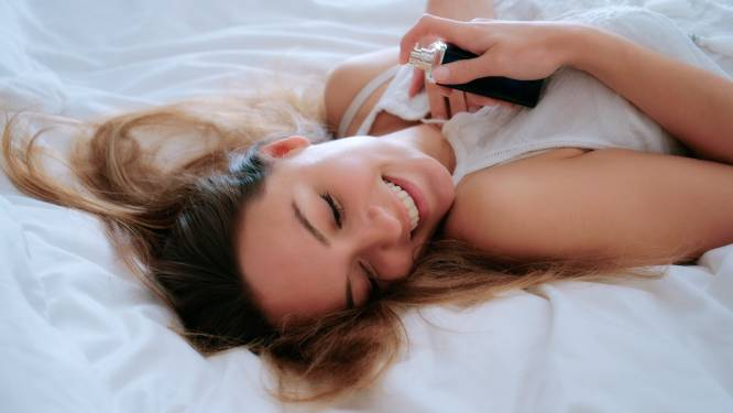 Aanbrengen op je haarborstel of eerst smeren met vaseline: dankzij deze 15 tips blijft de geur van je favoriete parfum langer hangen
