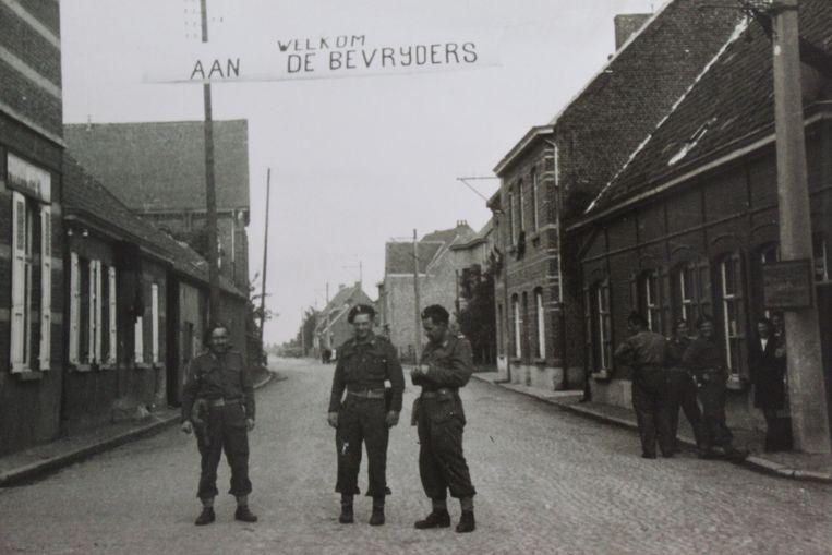 Een beeld van 75 jaar geleden, op de doortocht van Lotenhulle bij Aalter. Spandoeken moesten de bevrijders toen verwelkomen.