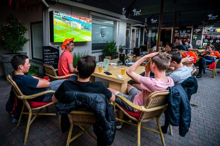 Voetbal kijken op het terras Beeld Hollandse Hoogte /  ANP