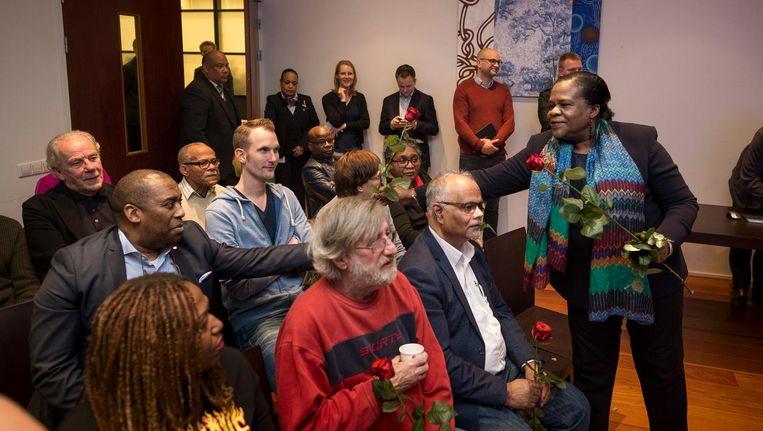 Stadsdeelvoorzitter Muriël Dalgliesh deelt in Zuidoost rozen uit aan de bestuurscommissieleden. Beeld Rink Hof