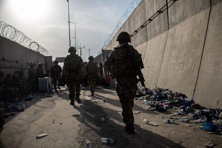 Britse militairen beveiligen de luchthaven van Kaboel bij de evacuatie van landgenoten.  Beeld AFP