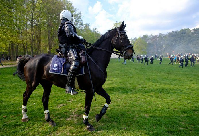 Un policier à cheval lors de la Boum 2 au Bois de la Cambre, le 1er mai 2021.