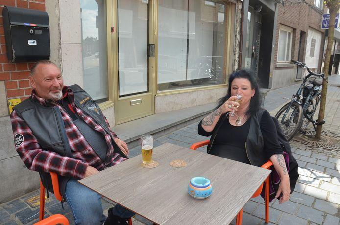 Martine Wierinck op haar eerste terrasje sinds de heropening van de horeca aan café Nostalgie in de Geraardsbergsestraat als terrasstraat in Ninove.