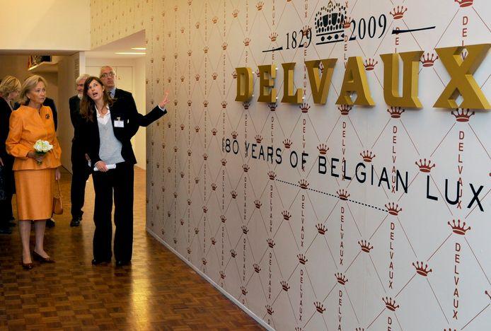 La reine Paola visitant une exposition dédiée à Delvaux, pour l'anniversaire de la marque, en 2009, à Anvers