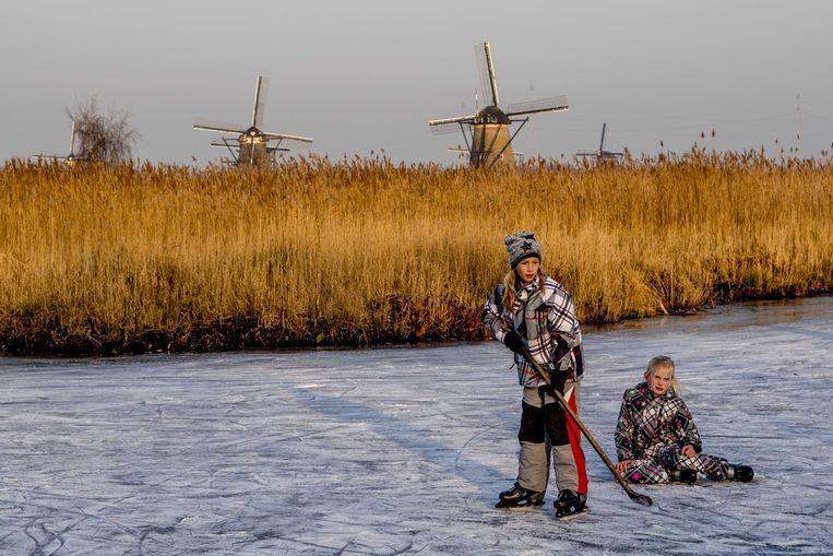 Kinderen op natuurijs in januari 2017, bij Kinderdijk.  Beeld ANP