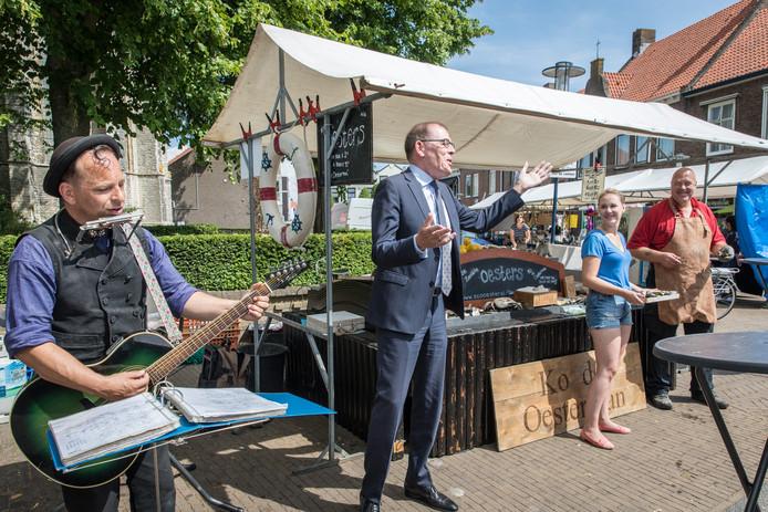 Opening van de eerste Culinaire Streekmarkt in Yerseke door toenmalig burgemeester Piet Zoon.