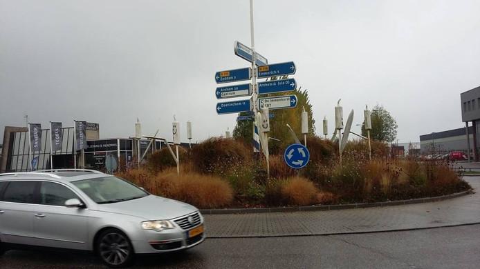 Graffiti in de vorm van smileys op het kunstwerk op de rotonde in 's-Heerenberg. Foto: DG