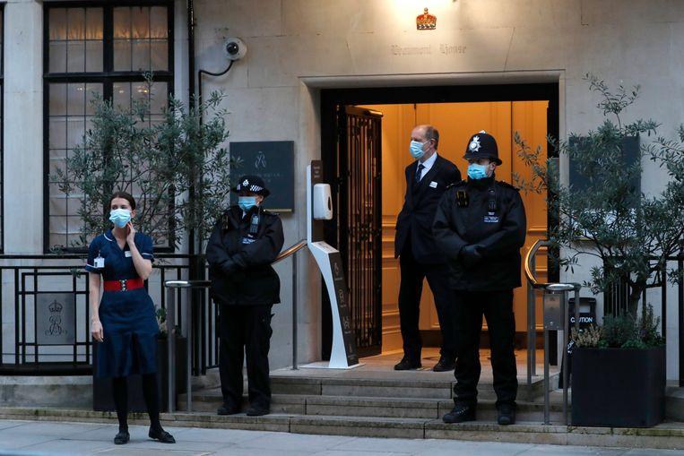 Het ziekenhuis waar prins Philip verblijft wordt bewaakt door de politie.  Beeld AP
