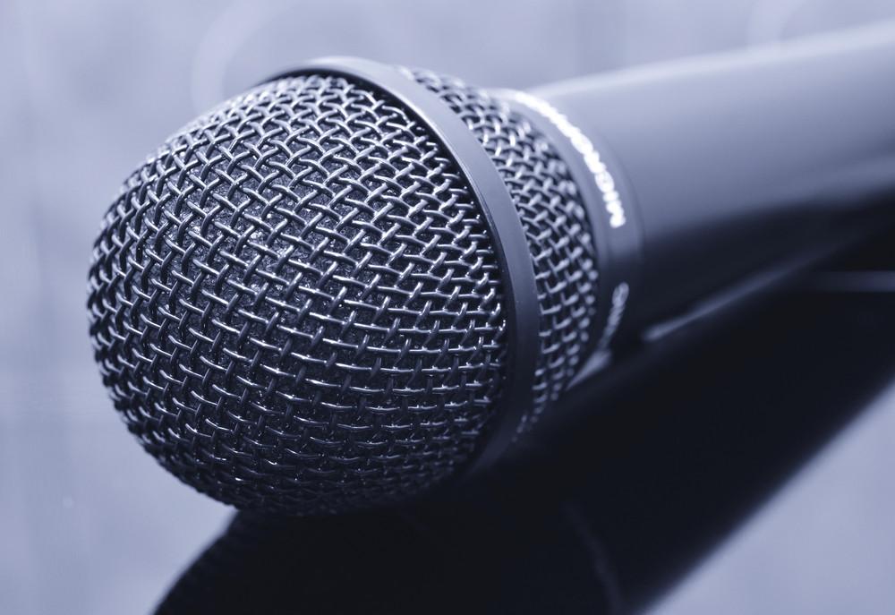 'Je kent ze wel, die mensen die een microfoon vasthouden en zichzelf steeds leuker en grappiger gaan vinden.' Foto ter illustratie