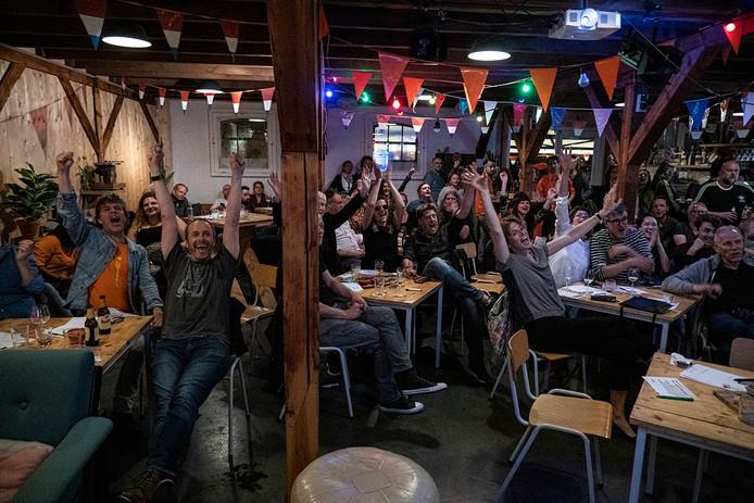 In de Thiemeloods in de Nijmeegse wijk Bottendaal kon men op een groot scherm zien hoe Duncan Laurence vanavond het Eurovisie Songfestival won.