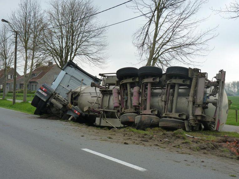 De vrachtwagen met mest belandde op zijn zij.
