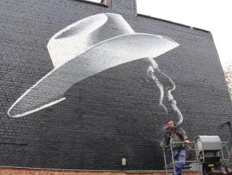 """Indrukwekkende muurschildering brengt hulde aan Boomse ereburger Bobbejaan Schoepen: """"Ook na zijn overlijden blijft hij in onze herinnering verder leven"""""""