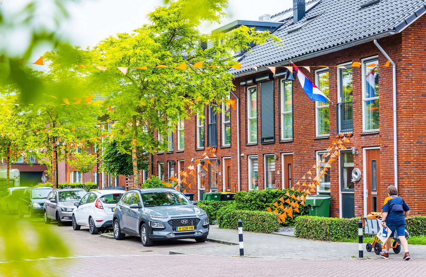 De Oranjekoorts stijgt in de Opper van Treurenstraat in Heinenoord.