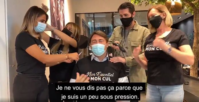 Denis Ducarme n'a pas hésité à se mettre en scène sous les -faux- coups de ciseaux