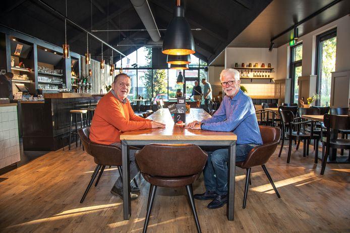 Beheerder Cees de Jong (links) en voorzitter Marinus Faasen in het vernieuwde grand café.