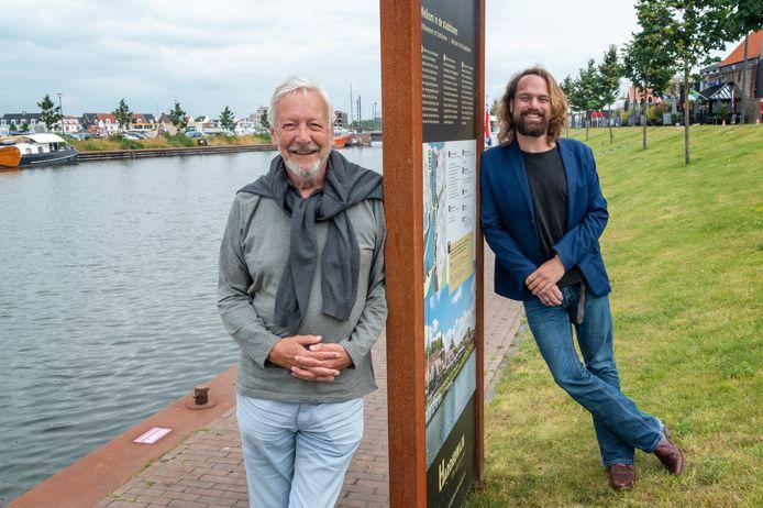 Jeffrey Migchelsen (r) en Fred Kappers bij de Stadshaven van Harderwijk, de plek waar een havenconcert gehouden gaat worden op 18 september, met een drijvend podium waarop 130 artiesten optreden