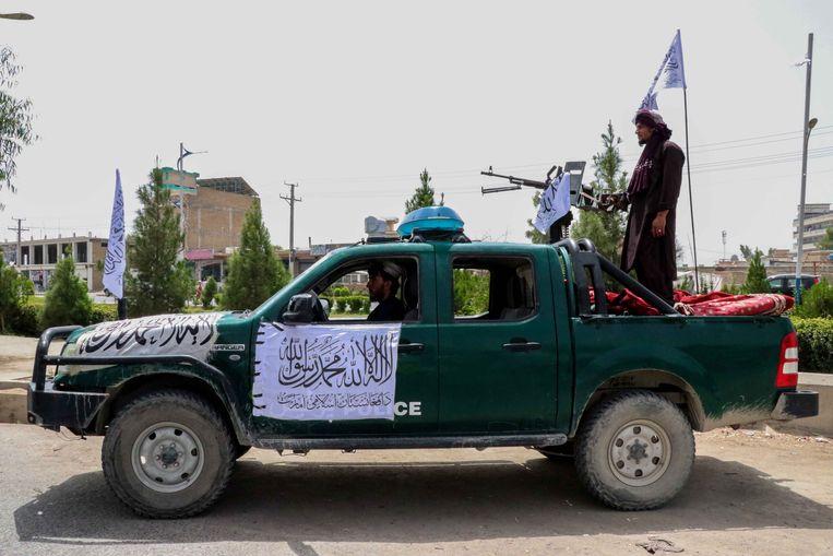 Talibanstrijders bij een checkpoint in Kabul.  Beeld EPA