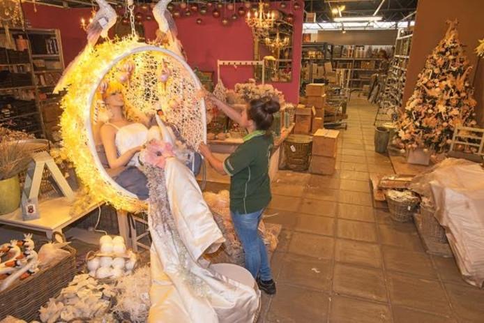 Marli van Lith bezig met de kerstshow van Coppelmans.
