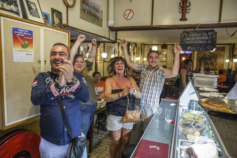 Spaans restaurant Centra leeft in de tweede helft op bij een Spaans doelpunt dat zal worden afgekeurd. Beeld Amaury Miller