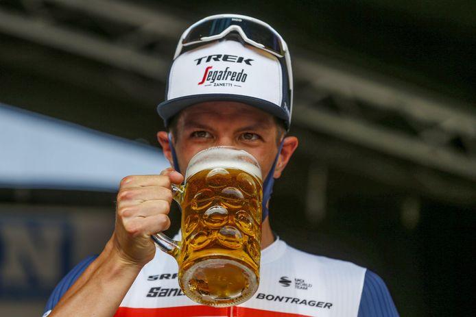 Een bescheiden slokje bier na de Primus Classic, want achteraf vertrok Jasper Stuyven nog voor een trainingstocht van tachtig kilometer.