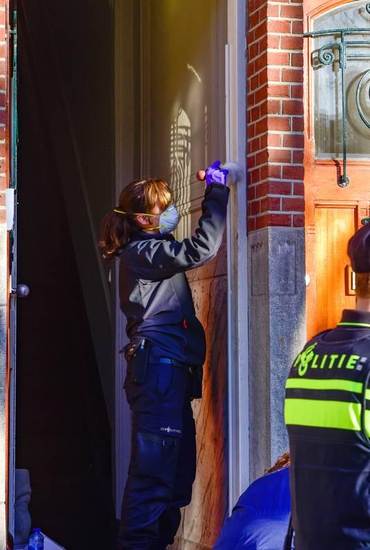 Forensische opsporing doet onderzoek in de woning van Fred van Leer.