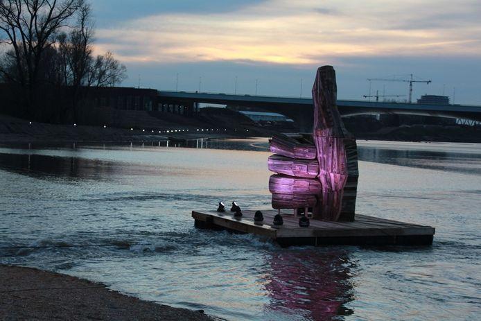 Verlichte duim in de nevengeul bij Nijmegen.