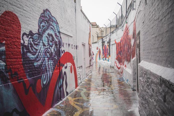 Het graffitistraatje, één dag nadat het volledig wit geschilderd werd.