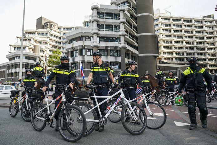 Demonstranten protesteren op Prinsjesdag bij het tijdelijk onderkomen van de Tweede Kamer aan de Bezuidenhoutseweg tegen de coronaregels en het regeringsbeleid.