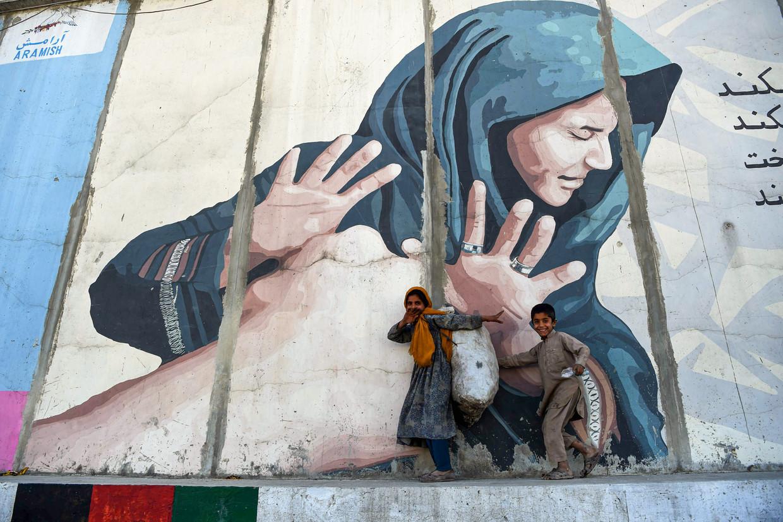 Kabul is vooral voor de armere bevolking gevaarlijker geworden. Taliban en IS hebben het aantal aanslagen opgevoerd en straatcriminelen zijn actiever door recessie en corona. Beeld Wakil Kohsar / AFP